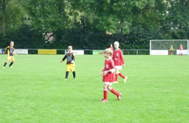 Rutger (vooraan) en Marco (erachter) waren bij Workum JO9-1 verantwoordelijk voor de doelpunten